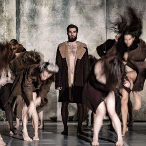 tancerze tańca współczesnego na scenie