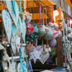 Zdjęcie przedstawia stragan z dekoracjami świątecznymi