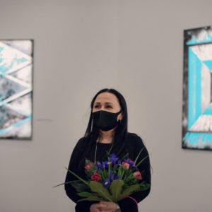Iza Kostiukow z kwiatami