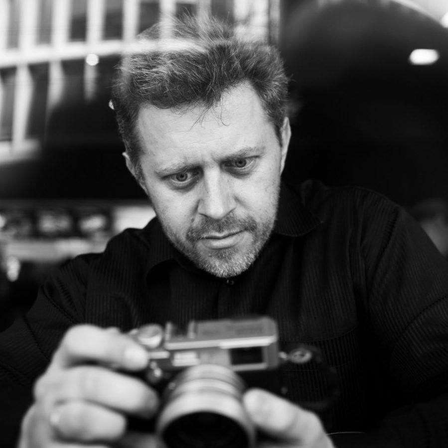 Na zdjęciu Marek Lapis z aparatem fotograficznym