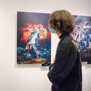 Młody człowiek ogląda wystawę