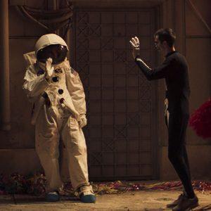 Przywitanie dwojga ludzi. Jeden w stroju kosmonaty.