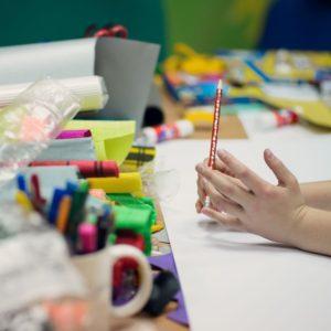 Materiały plastyczne, ręce dziecka