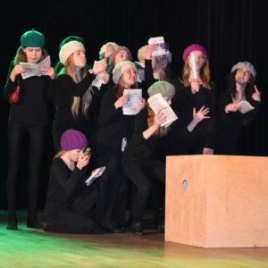 Grupa dzieci na scenie