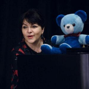 Na zdjęciu Adriana Wdziękońska z pluszowym misiem