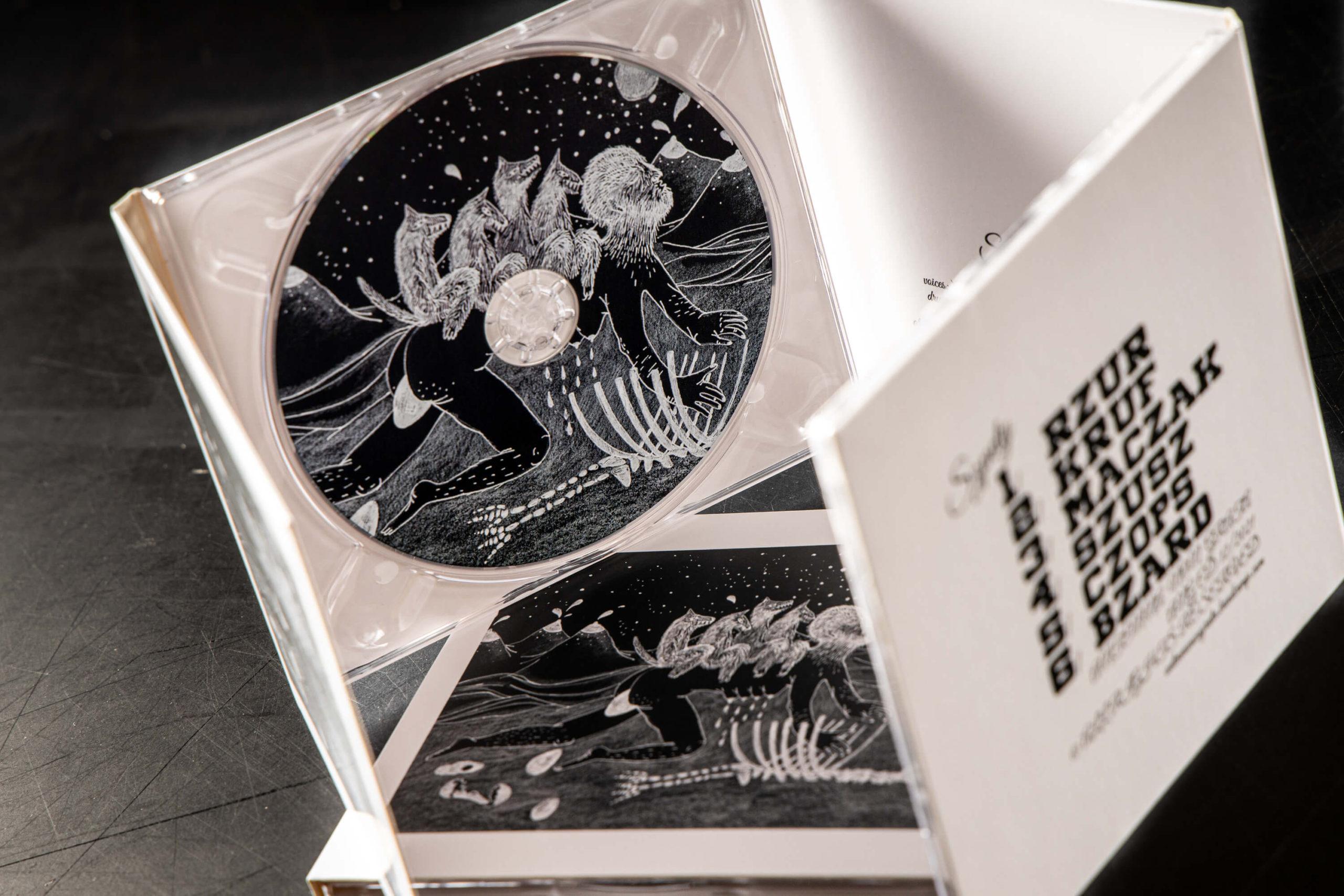 otwarte pudełko z płyta cd
