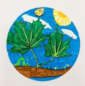 Rysunek przedstawia liściee, błękitne niebo i białe chmury. Rysunek wykonało dziecko.