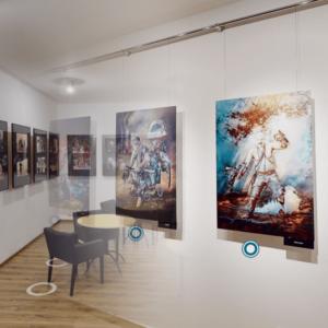 Zdjęcie jest fotomontażem dwuch ujęć przestrzeni wystawienniczej z ekspozycją obrazów